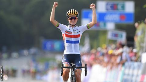 Lizzie Deignan celebrates victory at GP de Plouay last year