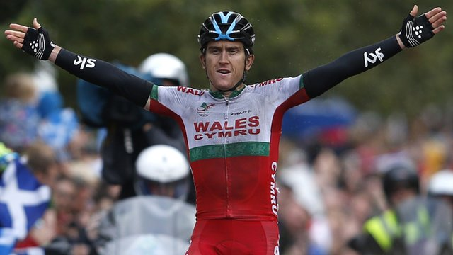 Wales' Geraint Thomas celebrates gold