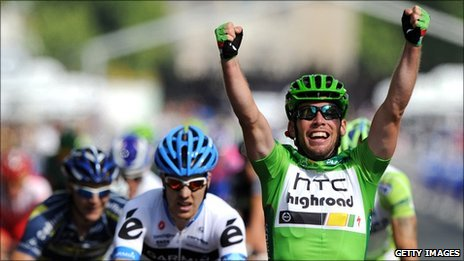 Mark Cavendish (right) won the final stage in Paris to secure the green jersey