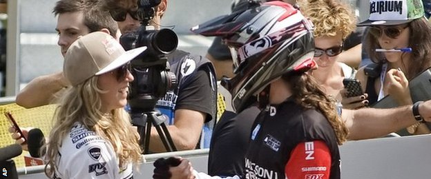 Rachel Atherton congratulates Manon Carpenter in Canada