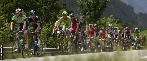 Geraint Thomas (second left) in the break on stage 14