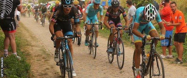 Geraint Thomas (left) riding on the cobbles