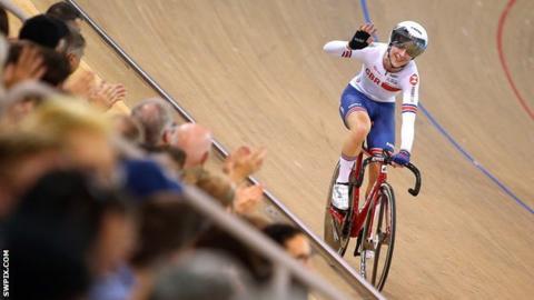 Laura Kenny celebrates winning gold