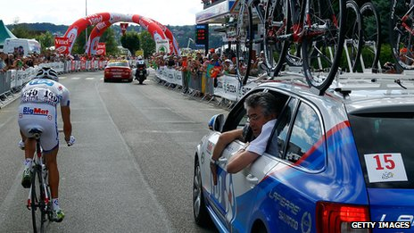 Rider approaches the 1km red flag in 2012 Tour de France
