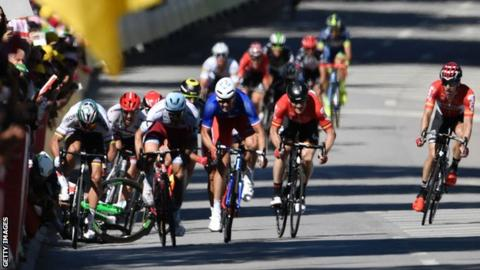 Mark Cavendish crashes in the sprint