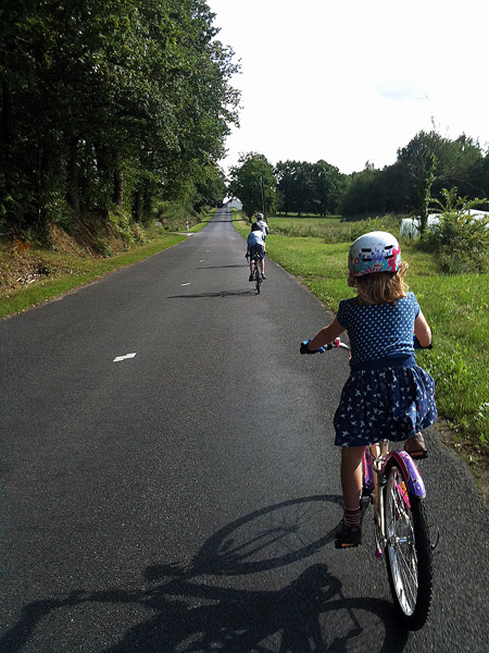 Family cycling in the Loire